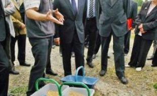 Nicolas Sarkozy écoute les explications d'un fermier à  Montembœuf.