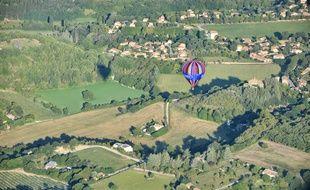 Dans les Alpes de Haute-Provence, les voyageurs en montgolfière laissent courir leur regard du Lubéron jusqu'à la Méditerranée.