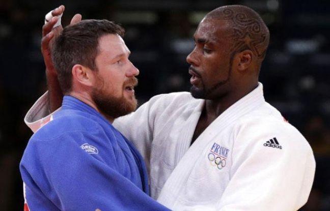 Le judoka Teddy Riner (à dr.), sacré champion olympique chez les plus de 100kg, le 3 août 2012 lors des Jeux de Londres, ici à l'issue de sa finale contre le Russe Alexandr Mikhaylin.