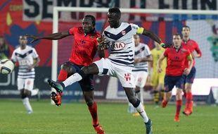 Lamine Sané, le défenseur des Girondins, à la lutte avec Jacques Zoua, l'attaquant du Gazelec, lors d'un match disputé le 31 octobre 2015 à Ajaccio.