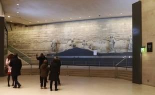 Des visiteurs  au Carrousel du Louvre, le 4/02/2016, à l'endroit où l'agresseur a été arrêté.
