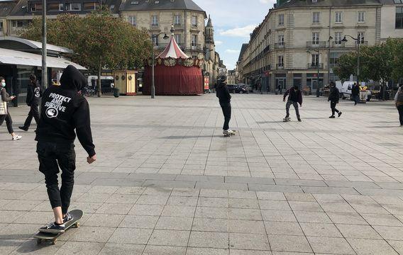 Sur la place Hoche à Rennes, la pratique du skate est désormais encadrée.