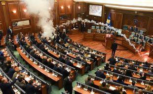 Des jets de gaz lacrymogènes ont eu lieu au Parlement du Kosovo, le 21 mars 2018, avant un vote crucial sur la délimitation d'une frontière avec le Monténégro.