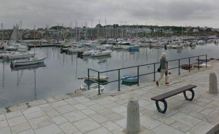 La victime, âgée de 57 ans, a chuté vendredi soir dans le port de Concarneau (Finistère).