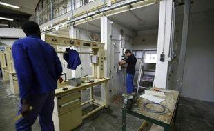 Des détenus dans un atelier de formation le 29 octobre 2015 à la maison d'arrêt de Fleury-Mérogis