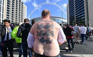 Un fan d anglais devant le stade de Wembley, le 7 juillet 2021, à Londres.