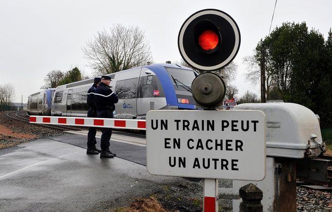 Des gendarmes surveillant un passage à niveau (illustration).