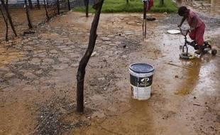 Un enfant joue dans les quartiers de l'ouest de Johannesburg , où des puits d'eau toxique ont débordé, en janvier 2011.