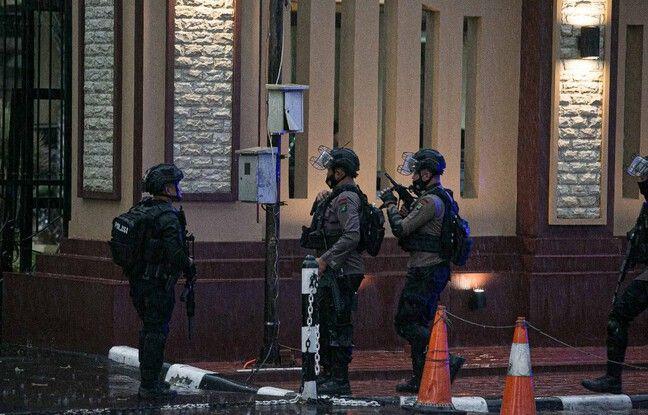 648x415 policiers devant quartier general police jakarta 31 mars 2021