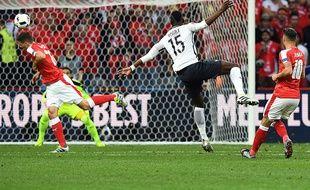 Paul Pogba frappe lors du match entre la France et la Suisse le 19 juin 2016.