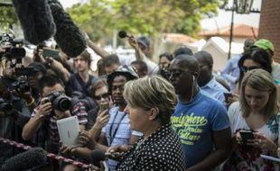 La porte-parole de la famille Pistorius, Anneliese Burgess, lors d'une déclaration devant la maison de son oncle le 20 octobre 2015 à Pretoria