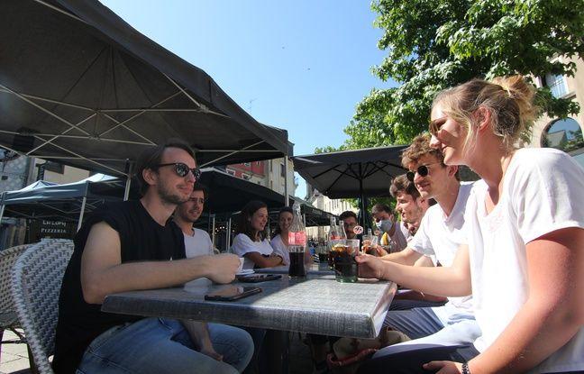 A Rennes, les clients ont rapidement retrouvé le chemin des terrasses des cafés à l'occasion de la deuxième phase de déconfinement.