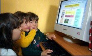 Internet propose aux jeunes internautes et leurs parents le mode d'emploi et les outils d'une navigation sécurisée sur le site du service d'assistance en ligne contre les contenus de pornographie enfantine, Point de Contact (www.pointdecontact.net).