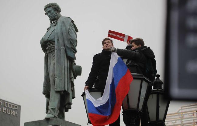 Deux manifestants place Pouchkine à Moscou, le 28 février 2018, répondant à l'appel d'Alexeï Navalny.