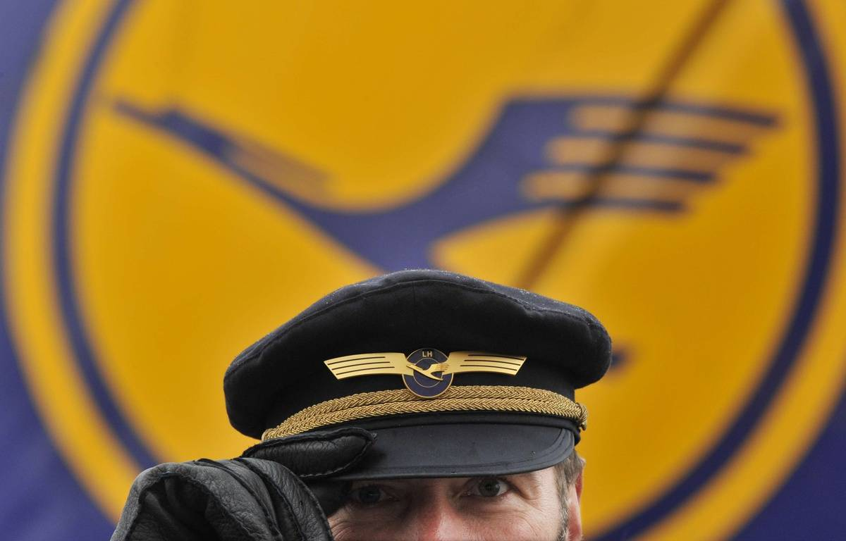 Un pilote de Lufthansa, le 22 octobre 2010, à Francfort, en Allemagne. –  Boris Roessler/AP/SIPA