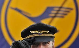 Un pilote de Lufthansa, le 22 octobre 2010, à Francfort, en Allemagne.