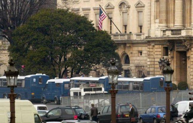 Une centaine de personnes ont été interpellées samedi à Paris, soupçonnées d'avoir pris part à une manifestation non déclarée près de l'ambassade américaine et du ministère de l'Intérieur, ont annoncé à l'AFP des sources policières.