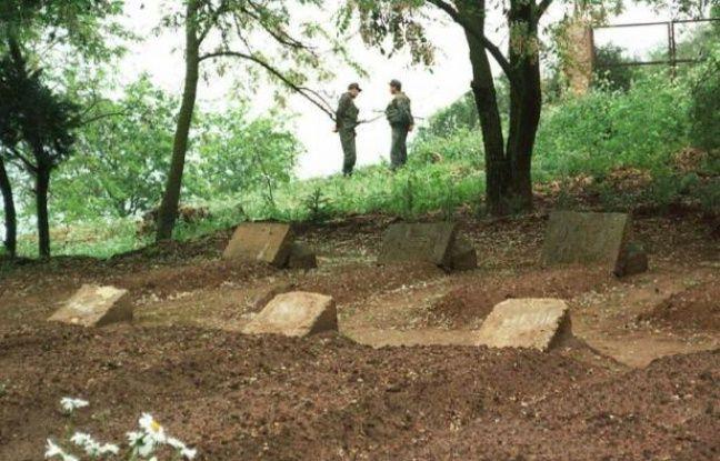 Les tombes des sept moines de Tibéhirine assassinés en 1996, dans le monastère, à Tibéhirine en Algérie, le 16 mai 1997