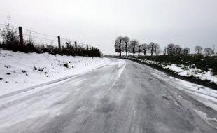 Vingt départements de la Bretagne, des Pays de la Loire, du Centre et de l'Ile-de-France ont été placés en alerte orange pour la nuit et la journée de jeudi, en raison de risques de neige et de verglas, a annoncé Météo France mercredi.