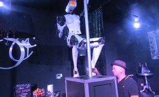 Un des deux robots sexy avec son créateur Giles Walker.