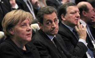 Avec le renfort de Fitch qui a menacé vendredi soir les notes de la dette de plusieurs pays de la zone euro, les trois grandes agences de notation mettent désormais une pression maximale sur l'Europe, dont plusieurs pays avancent résolument vers la récession.