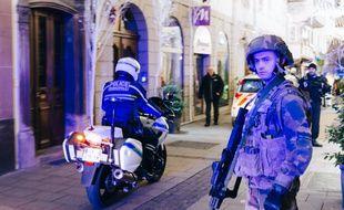 Des policiers et des militaires patrouillent à Strasbourg après une fusillade qui a fait au moins 2 morts et 13 blessés le 11 décembre 2018.