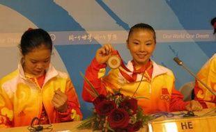 He Kexin, le 13 août, montre sa médaille d'or aux journalistes après avoir remporté l'épreuve de gymnastique artistique.