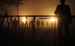 Photo prise le 7 janvier 2015 de soldats pakistanais en train de garder la prison de Multan dans la région du Pendjab, où les autorités disent avoir exécuté des prisonniers