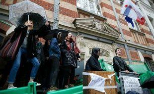 Le lycée Gerorges bloqué par des manifestants le 31 mars 2016 à Paris