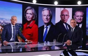 Le président français de la région des Hauts de France et candidat à l'élection présidentielle française de 2022 Xavier Bertrand pose avec le journaliste Gilles Bouleau avant le journal télévisé de TF1 à Paris, le 11 octobre 2021.