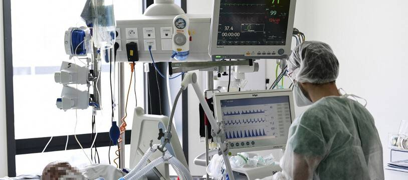 Illustration: Un soignant surveille un patient atteint du Covid-19 à l'hôpital Pasteur de Colmar, le 22 avril 2021.