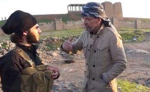 Capture d'écran d'une vidéo de la chaîne américaine CNN montrant le journaliste et auteur allemand Jürgen Todenhöfer interviewer l'un des djihadistes de l'EI lors de son séjour sur les territoires qu'ils contrôlent en Syrie et en Irak.
