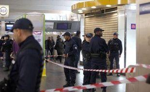Un militaire en patrouille Vigipirate été agressé samedi à l'arme blanche à La Défense (Hauts-de-Seine) par un homme qui a pris la fuite et dont les motivations restent inconnues.