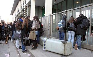 Des élèves du lycée Guillaume-Apollinaire à Thiais sont réunis devant leur établissement, le 16 février 2010.