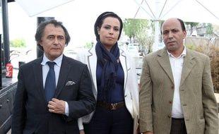 La présidente de l'association marocaine «Touche pas à mon enfant», Najat Anwar (au centre), entourée de ses deux avocats, Jean Chevais (à gauche) et Mustafa Errachdi (à droite), le 8 juin 2011, à Paris.