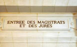 Illustration: L'entrée des magistrats et des jurés au Palais de justice de Paris.