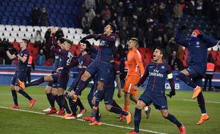 Les Parisiens fêtent la victoire contre l'OM au pied du virage Auteuil.