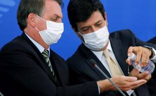 Le 18 mars 2020, le président brésilien Jair Bolsonaro et Luiz Henrique Mandetta, alors ministre de la santé, étaient côte à côte et s'aidaient même à se laver les mains.