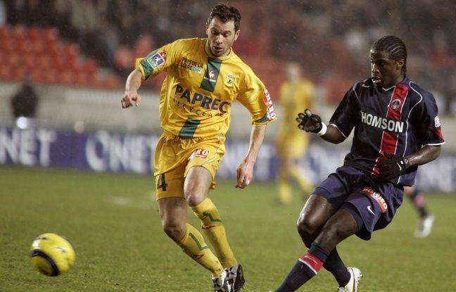 Un beau duel de L1 100% football vrai entre le Nantais Olivier Quint et le Parisien Bernard Mendy, en mars 2005.