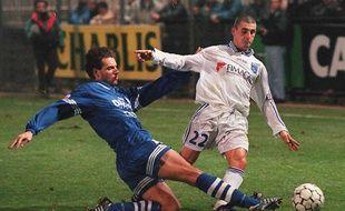 L'attaquant auxerrois Fabrice Lepaul (droite) aux prises avec le défenseur strasbourgeois Jean-Luc Dogon, le 20 décembre 1996 au stade de l'Abbé Deschamps.