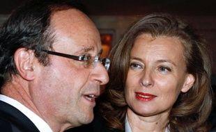 """Valérie Trierweiler, compagne de François Hollande, a tweeté jeudi sa """"colère"""" après s'être découverte en photo à la Une de l'hebdomadaire Paris Match, son """"propre journal""""."""