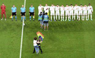 Euro 2021: Unactiviste sur le terrain avec un drapeau arc-en-ciel pendant l'hymne hongrois