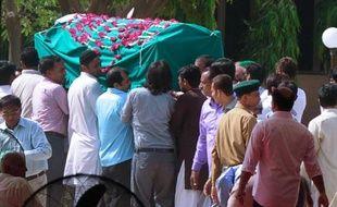 Funérailles le 14 mai 2015 à Karachi d'une des victimes tuées la veille dans une attaque revendiquée par l'organisation Etat Islamique