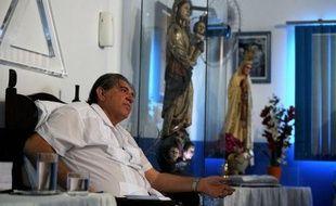 Joao de Deus, un médium consulté par l'ex-président Luiz Inacio Lula da Silva quand il était soigné pour un cancer, reçoit toutes les semaines des milliers de malades du monde entier à Abadiania, près de Brasilia, où il opère sans asepsie, avec des ciseaux, un couteau ou un bistouri.