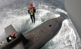 Emmanuel Macron hélitreuillé sur  le sous-marin nucléaire « Le Terrible » le 4 juillet 2017