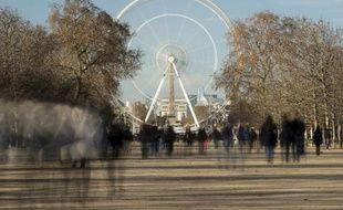 Des touristes se promenant dans le jardin des Tuileries, à Paris, le 25 décembre 2014