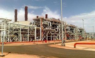 Un étranger a été tué, deux blessés, et d'autres pris en otage lors d'une attaque mercredi contre un bus puis une base de vie d'employés d'installations pétrolières dans la région algérienne d'In Amenas, près de la frontière libyenne, a annoncé le ministère algérien de l'Intérieur.