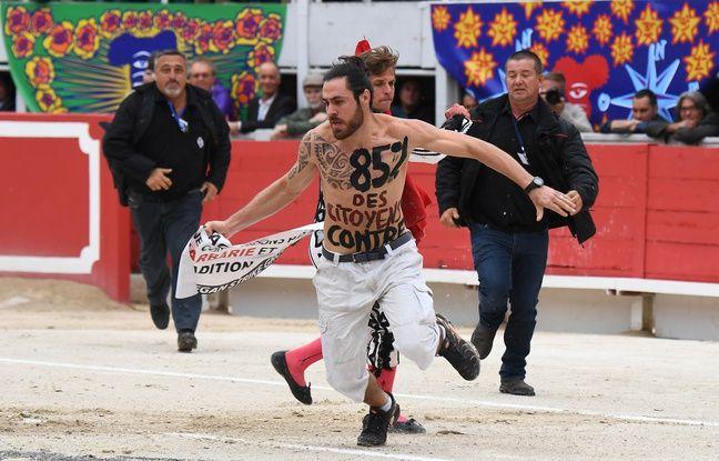 Un opposant aux corridas a sauté dans l'arène d'Arles au beau milieu d'une épreuve.