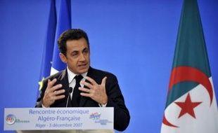Le président français Nicolas Sarkozy poursuit sa visite de trois jours en Algérie où il a dénoncé lundi le système colonial.