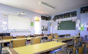 Une salle de classe vide (illustration).